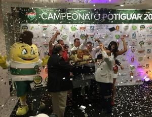 Dirigentes AMérica-Rn recebem prêmio (Foto: Jocaff Souza/GloboEsporte.com)