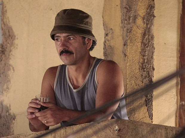 Sandro vê tudo e morre de ciúmes (Foto: Cheias de Charme / TV Globo)