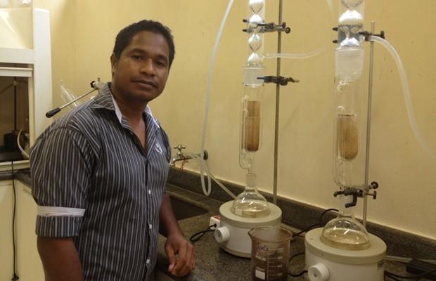 Tese de Julião Pereira, 31, provou que borra de café pode virar filtro de água (Foto: Fernanda Borges/G1)