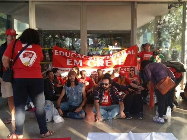 Servidores de universidades públicas bloqueiam acesso ao Ministério do Planejamento (Foto: Isabella Calzolari/G1)
