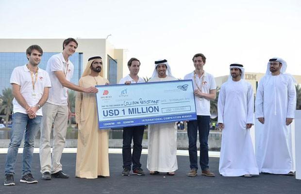 Suíços da equipe Flyability recebem US$ 1 milhão em torneio dos Emirados Árabes por criarem drone com gaiola especializado em resgates. (Foto: Divulgação/Emirados Árabes Unidos)