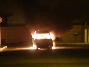 População ateou fogo no veículo após atropelamento (Foto: Waldson Costa/ G1)