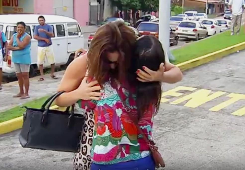 Mulher e irmã do sargento Cândido se abraçam na entrada do hospital onde ocorreu o crime (Foto: Reprodução/Inter TV Cabugi)