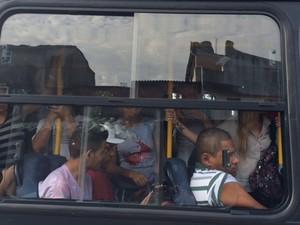 Passageiros se amontoam no ônibus da linha 862 (Rio das Pedras - Barra Shopping).  (Foto: Guilherme Brito/G1)