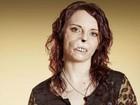 Britânica que teve rosto deformado por infecção conta como 'namoro na TV' lhe devolveu autoconfiança