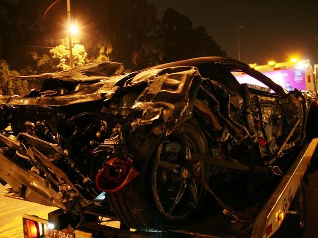 Ferrari de R$ 1,5 milhão fica destruída em acidente na Marginal Tietê (Foto: Edison Temoteo/ Futura Press/ Estadão Conteúdo)