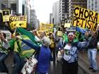 Grupo comemora a saída de Dilma com bolo e champanhe na Av. Paulista