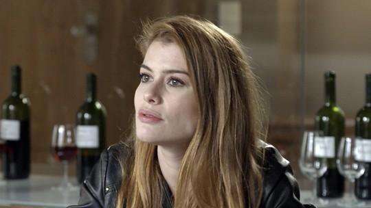 Carola revela a Lívia os planos de Emília contra Felipe