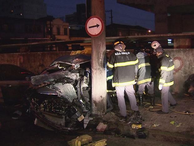 Motorista perde o controle e bate em poste no centro de Santos (Foto: Reprodução/TV Tribuna)