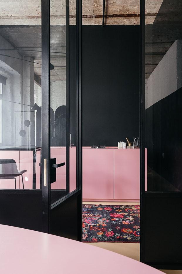 Décor do dia: cozinha minimalista rosa e preta (Foto: Divulgação)