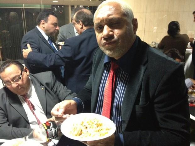 Deputado Tiririca come galinha em intervalo da votação da MP dos Portos na Câmara (Foto: Fabiano Costa / G1)