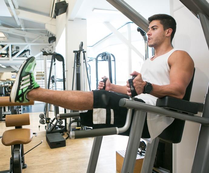 Arthur Aguiar faz musculação (Foto: Isabella Pinheiro / Gshow)