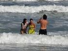 De roupa e tudo! Sthefany Brito, Igor Rickli e Moro Anghileri caem no mar em gravação