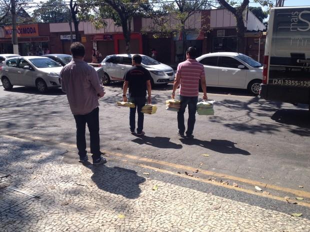 MP recolhe documentos da Câmara de Vereadores de Resende, RJ (Foto: Vinicius Assis/TV Rio Sul)