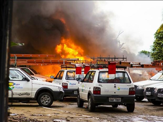 Avião caiu e explodiu em estacionamento de empresa (Foto: Jack Roy Looney Jr/VC no G1)