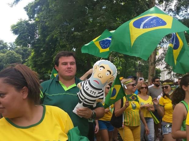 Manifestante leva boneco de Lula vestido de presidiário ao protesto (Foto: Laila Braghero/G1)