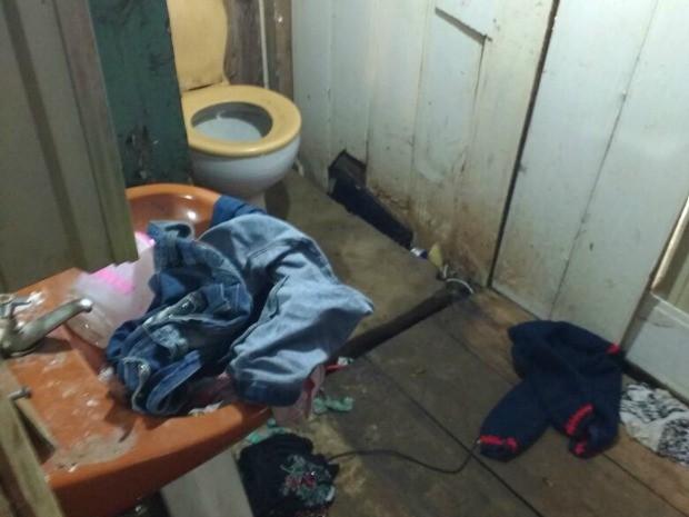 Agentes constataram falta de limpeza na casa da família em Gravataí (Foto: Divulgação/Deam)