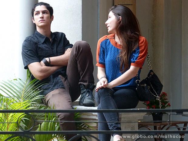 Apesar de estar entediado com Bruna, Antônio diz que eles estão namorando (Foto: Malhação / TV Globo)