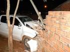 Motorista foge após colidir e derrubar muro de residência em Vilhena, RO