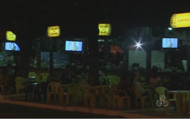 Eleitores se reuniram em bares na orla de Macapá para assistir o debate. (Foto: Reprodução/TV Amapá)