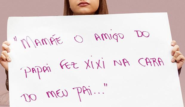 Mulher protesta em evento que discutiu a alienação parental em São Paulo, em Abril  (Foto: Juliana Knobel)