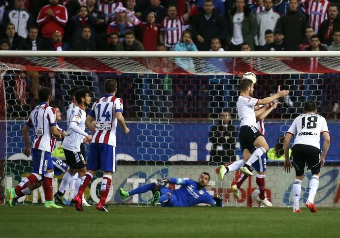 Mustafi faz gol, Atlético de Madrid x Valencia (Foto: Agência Reuters)