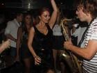 Ops! Simone Soares e Ursula Corona deixam sutiã à mostra em festa