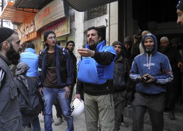 Funcionários da ONU chegam à cidade velha de Homs para entregar ajuda humanitária neste sábado (8) (Foto: AFP)
