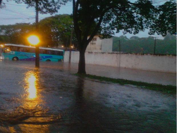 Chuva inundou ruas de Umuarama, no noroeste do Paraná (Foto: Daniella Weiber)