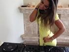EX-BBB Mayra Cardi treina em carrapetas de DJ