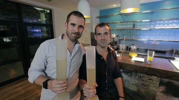 O que mais chocou os irmãos foi o quanto o fígado demorou para se recuperar, mesmo após beber ocasionalmente  (Foto: BBC)