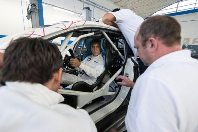 Descrição da imagem: Alex Zanardi experimenta cockpit de BMW adaptada (Foto: Divulgação )