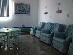 Sala de quimioterapia será decorada com valor arrecadado no leilão de um banco doado por um artesão (Foto: Gaia Quiquiô/G1)