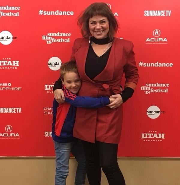 A atriz com um dos gêmeos, Arthur, no tapete vermelho do evento (Foto: Reprodução/ Facebook)