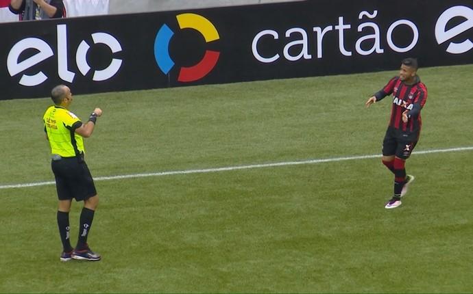 Léo Atlético-PR (Foto: Reprodução/Premiere)