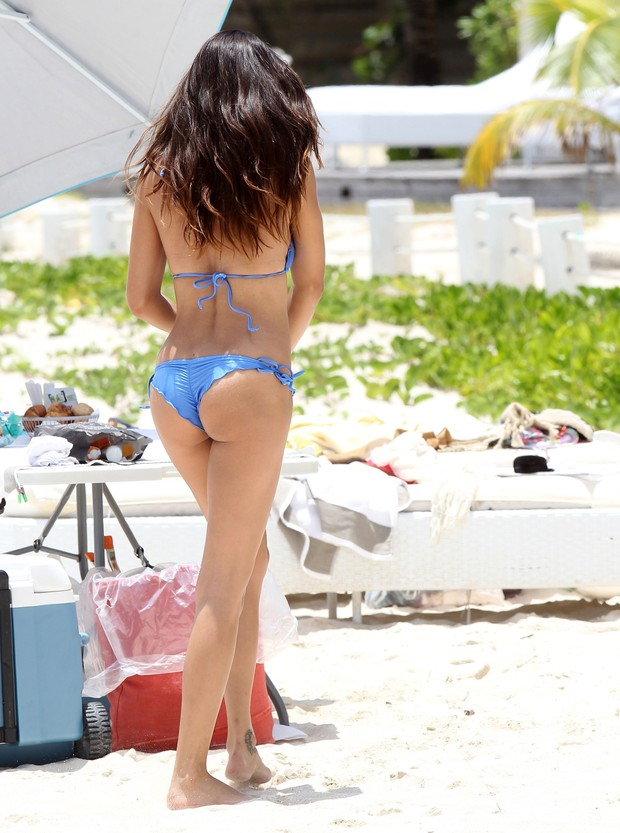 Adriana Lima posa para fotos em St. Barts, no Caribe (Foto: Grosby Group/ Agência)