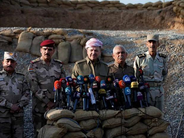 O presidente do Curdistão Iraquiano Massoud Barzani (no meio) durante entrevista à imprensa nos arredores de Mossul, no Iraque (Foto: Azad Lashkari/Reuters)