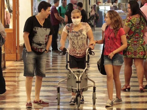 Claudia Rodrigues com a filha, Iza, em shopping na Zona Sul do Rio (Foto: Wallace Barbosa/ Ag. News)