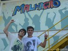 Mattheus, filho de Bebeto, visita o ator Daniel Blanco no set de Malhação