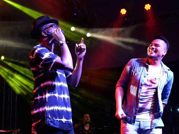 Mumuzinho com Bruno, do Sorriso Maroto, em show na Zona Sul do Rio (Foto: Ari Kaye/ Divulgação)