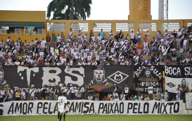 Torcida do Mixto no estádio Presidente Dutra (Dutrinha) (Foto: Robson Boamorte/GLOBOESPORTE.COM)