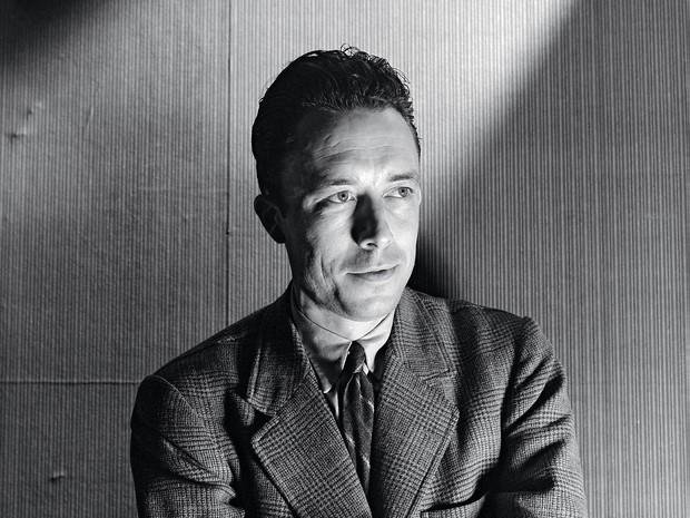 LUZ E ESCURIDÃO O escritor Albert Camus tinha a melancolia dos cafés parisienses associada ao gosto pela dança, pelo sol da Espanha e pelas belas mulheres (Foto: Cecil Beaton/Condè Nast Archive/Corbis)