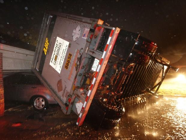 Tornado deixa 6 mortos no Texas (Foto: AP)