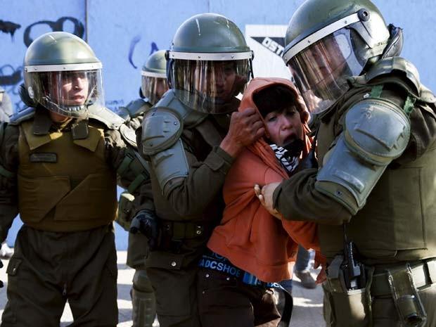Manifestante é preso durante protesto contra reformas na educação nesta quarta-feira (10) em Santiago (Foto: REUTERS/Carlos Garcia Rawlins)