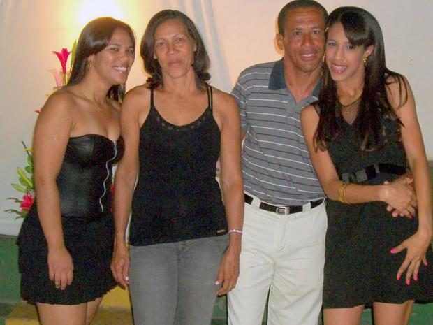 Na foto de família, Givanildo aparece com sua esposa e as duas filhas (Foto: Larissa Emanuele/Arquivo Pessoal)