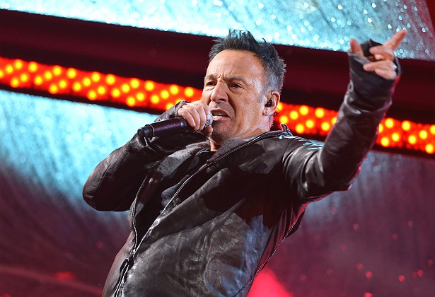 Do alto de seus 65 anos de vida, Bruce Springsteen pode ser um músico charmoso. Mas não se deixe enganar pela boa pinta nem pelo casamento de mais de duas décadas com a cantora e compositora Patti Scialfa. As funcionárias já contaram que as mulheres que trabalham para Bruce e sua família são sempre assediadas por ele. Que feio! (Foto: Getty Images)