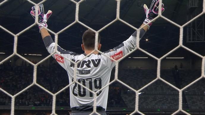 Victor usa camisa com a numeração do ano em que se encerra novo contrato com Galo (Foto: Reprodução/TV Globo)