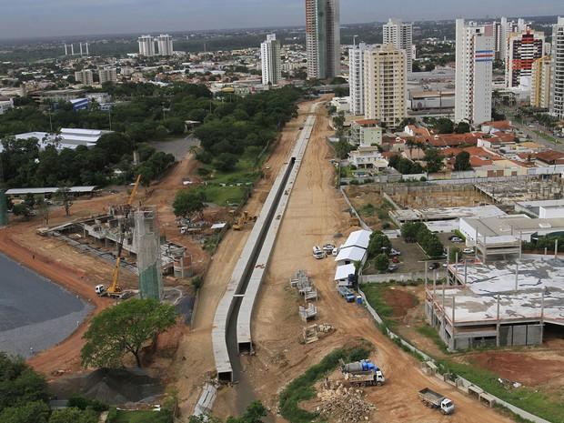 Obras de canalização do córrego do Barbado e de construção da Avenida Parque do Barbado, perto da UFMT, em Cuiabá. (Foto: Edson Rodrigues/Secopa)