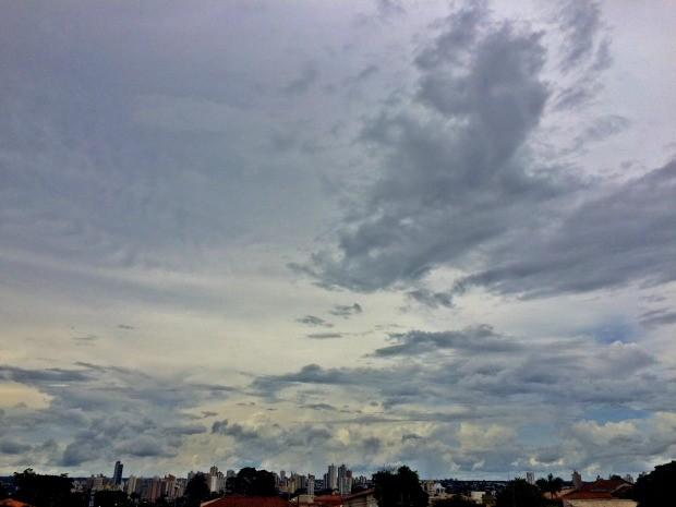 Céu de Campo Grande na tarde desta segunda-feira (16) (Foto: Maria Caroline Palieraqui/G1 MS)