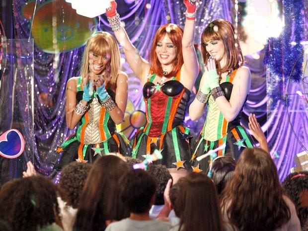 As meninas se emocionam com a felicidade das crianças (Foto: Cheias de Charme / TV Globo)